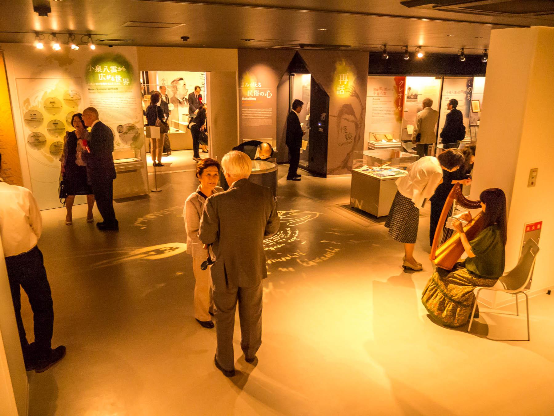 式典会場となった展示室2・3(開会前の様子)